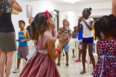 Kids worshipping together in the basement of Los Pinos Nuevos.